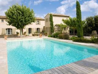 Traditional Provencal Home Villa des Anges with Landscaped Gardens, Private Pool & Maid Service - Cavaillon vacation rentals