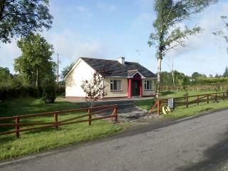 CLOON FAD, pet friendly, country holiday cottage, with a garden in Carrick-On-Shannon, County Leitrim, Ref 4618 - Strokestown vacation rentals