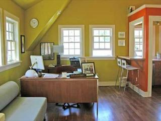 A Bright Writer's Loft Five Blocks from Downtown. Perfect for the Hip Couple! - Bend vacation rentals