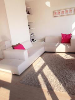 Stylish, central unit w/ river views. All comfort. - Huizen vacation rentals