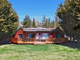 Fawnskin Cove Lakefront Cabin you will enjoy this cozy and quiet lakefront Vacation Cabin in Big Bear that has an outdoor hot tu - Green Valley Lake vacation rentals