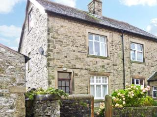 LOW FOLD COTTAGE, pet friendly, country holiday cottage, with a garden in Langcliffe, Ref 6375 - Clitheroe vacation rentals