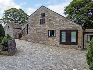THE HAY LOFT, pet friendly, country holiday cottage, with a garden in Peak Forest, Ref 5514 - Glossop vacation rentals