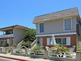 Spacious 5 Bedroom Upper Unit! 2 Lots Away From Sand! (68185) - Newport Beach vacation rentals