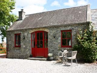 THE GRANARY, pet friendly, country holiday cottage, with open fire in Terryglass, County Tipperary, Ref 4672 - Terryglass vacation rentals