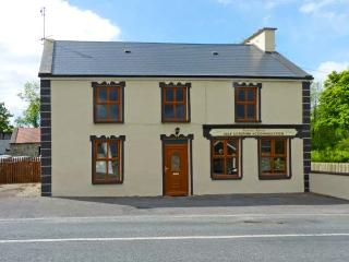 BANADA HOUSE, pet friendly, country holiday cottage, with a garden in Tobercurry, County Sligo, Ref 8306 - Charlestown vacation rentals