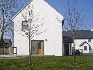 12 MOUNTSHANNON COTTAGES, pet friendly, country holiday cottage, with a garden in Mountshannon, County Clare, Ref 4636 - Mountshannon vacation rentals
