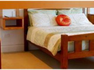 master bedroom, queen double - 404 Trafalgar 3 Bedroom Apartment - Nelson - rentals