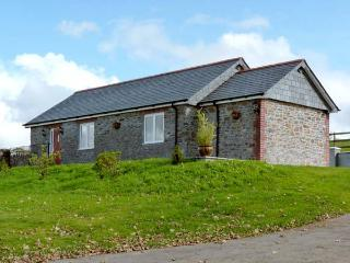 MIDDLE BARN, pet friendly, character holiday cottage, with a garden in Launceston, Ref 8277 - Launceston vacation rentals