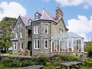 PENSARN HALL, pet friendly, character holiday cottage, with a garden in Llanbedr, Ref 7117 - Llwyngwril vacation rentals