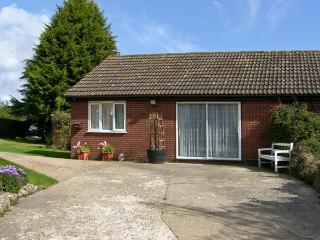 THE BUNGALOW, country holiday cottage, with pool in Bentley, Ref 8768 - Hampshire vacation rentals