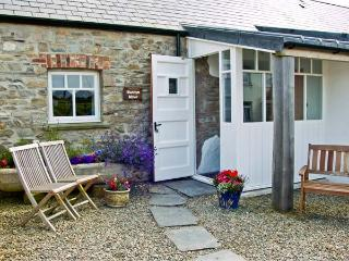 BWTHYN MAWR, pet friendly, luxury holiday cottage, with a garden in Newport, Pembrokeshire, Ref 6163 - Cardigan vacation rentals