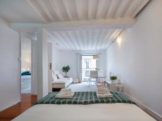 Design at historic centre w/ balcony,a/c,2BD,4PAX - Costa de Lisboa vacation rentals