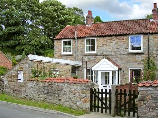 POUND COTTAGE, romantic, character holiday cottage, with open fire in Kirkbymoorside, Ref 8501 - Pickering vacation rentals