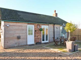 ROE DEER COTTAGE, pet friendly, country holiday cottage, with a garden andhot tub in Lincoln, Ref 8139 - Tattershall vacation rentals