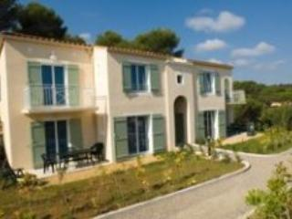 St Aygulf Pet-Friendly 3 Bedroom Apartment - Saint-Aygulf vacation rentals