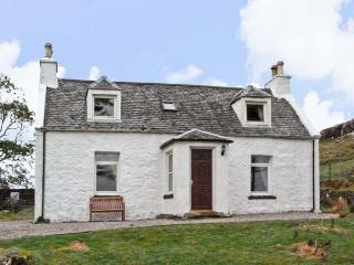 THE GHILLIE'S COTTAGE, pet friendly, country holiday cottage, with a garden in Dunvegan, Isle Of Skye, Ref 7204 - Dunvegan vacation rentals