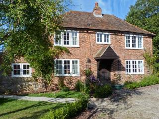 SHEPHERD'S FARM HOUSE, family friendly, character holiday cottage, with a garden in Lenham Heath, Ref 7364 - Camber vacation rentals