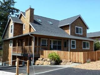 Big & Beautiful! 4 Master Suites, 2 kitchens - Manzanita vacation rentals
