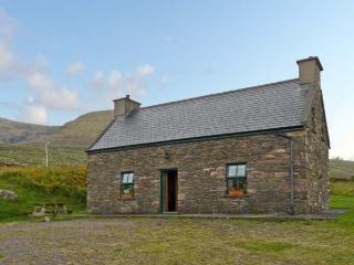 AN NEAD, pet friendly, character holiday cottage, with a garden in Dingle, County Kerry, Ref 9259 - Dingle vacation rentals