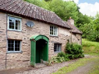 HADDEO COTTAGE, pet-friendly, character holiday cottage, with a garden in Dulverton, Ref 8446 - Watchet vacation rentals