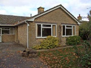 HONEYWICK, pet friendly, country holiday cottage, with a garden in Brailes, Ref 11747 - Brailes vacation rentals