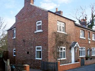 SUNNYSIDE COTTAGE, pet friendly, character holiday cottage, with a garden in Filey, Ref 12115 - Filey vacation rentals