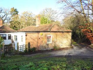 GAMEKEEPER'S COTTAGE, pet friendly, country holiday cottage, with hot tub in Bawsey, Ref 10038 - Littleport vacation rentals