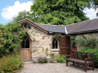 THE ARCH, romantic, character holiday cottage, with open fire in Pant Glas, Ref 8589 - Bronygarth vacation rentals