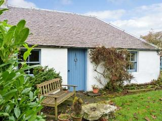 GATESIDE FARM COTTAGE, pet friendly, country holiday cottage, with a garden in Fossoway, Ref 11369 - Kinross vacation rentals