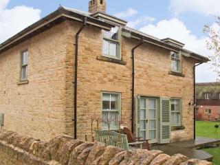 BADGER'S LODGE, pet friendly, country holiday cottage, with pool in Cotswold Water Park, Ref 12604 - Swindon vacation rentals
