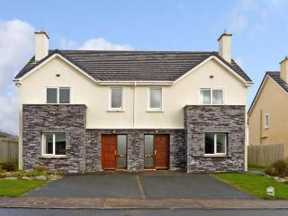 NUMBER 9 KNIGHTS HAVEN, pet friendly, with a garden in Knightstown, County Kerry, Ref 11988 - Waterville vacation rentals