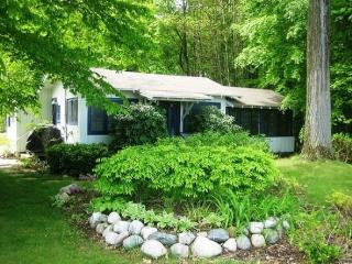 Greenleaf is a wonderful vacation home in South Haven located near plenty of trees and close to town. Weekly rentals begin on Fr - South Haven vacation rentals