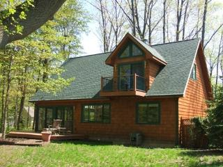 The Guest House is a pet friendly vacation home in South Haven that has big windows, plenty of space and plenty of trees. Weekly stays begin on Saturdays. - South Haven vacation rentals