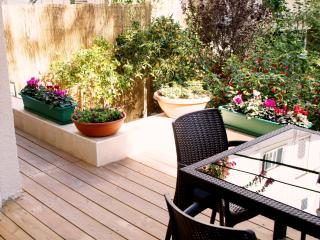 G A R D E N  ✿  1BR, 30 Sec walk to Gordon♒Beach! - Israel vacation rentals