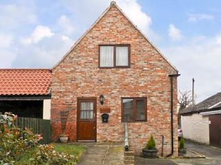 BULLRING COTTAGE, barn conversion, with two bedrooms, corner bath, and walks from the door, in Stokesley, Ref 13900 - North Yorkshire vacation rentals