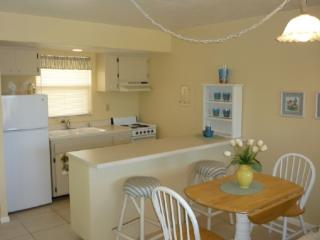 Light and Bright decor-comfy and cozy-close to shopping and entertainment - Marco Island vacation rentals