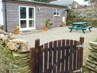 SUNNY CABIN, coastal views, sun-trap setting, woodburner, romantic retreat in Bossiney near Tintagel, Ref 14431 - St Teath vacation rentals