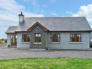 STOOKISLAND COTTAGE, ground floor cottage, dog friendly with a garden, in Cromane, Ref 14505 - Beaufort vacation rentals
