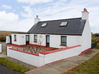 THE WOODCARVER'S COTTAGE, peaceful cottage with an open fire and a garden, on the Isle of Lewis, Ref12535 - Stornoway vacation rentals