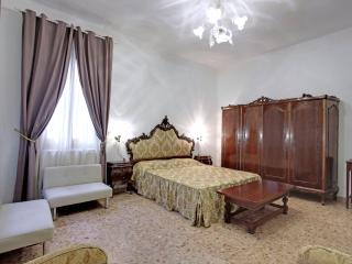 Queen House Garden - Internet FREE - Portegrandi vacation rentals