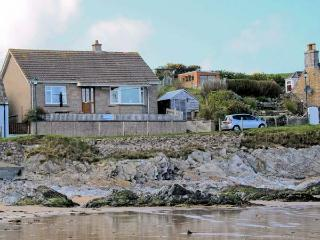 BEACH COTTAGE, detached cottage, with sea views, open fire, walking distance to beach, in Sandend, Ref 12172 - Cullen vacation rentals