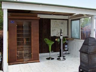 LAKEVIEW YURT, unusual romantic retreat, hot tub, sauna, king-size bed, by fishing lake near Beckford, Ref 11980 - Beckford vacation rentals