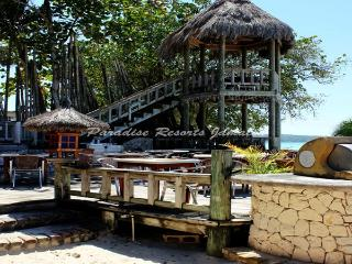 PARADISE PKU - 43737 - AUTHENIC QUEENSIZE ROOM WITH RESTAURANT IN NEGRIL - Montego Bay vacation rentals
