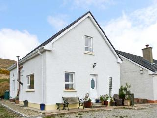 STRABOY GARDEN COTTAGE, cosy cottage, with two double bedrooms, walks from the door, in Glenties, Ref 14906 - Ballybofey vacation rentals