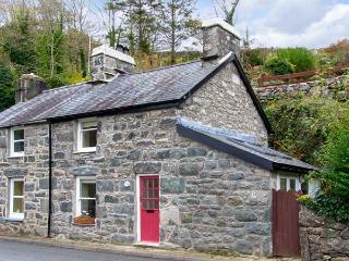 DELFOD, romantic retreat, with king-size double bed, woodburning stove, and garden, in Harlech, Ref 14342 - Harlech vacation rentals