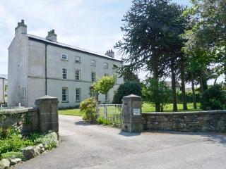 2 CARK HOUSE, luxury ground floor apartment, close to pub, shared grounds, good walking close by, in Cark in Cartmel, Ref 16331 - Scales vacation rentals