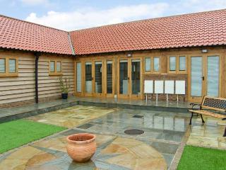 5B HIDEWAYS, single storey cottage near beach, character beams, courtyard, in Hunstanton, Ref 8744 - Skegness vacation rentals