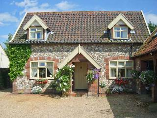 SLEEPEEZY, enclosed garden, en-suite bedroom, village pub close by in Little Snoring, Ref 15264 - Blakeney vacation rentals