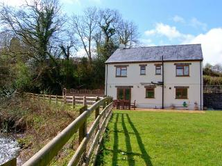 CENNEN LODGE, a detached cottage, with four bedrooms, Jacuzzi bath, lawned garden, and games room in garage, in Trapp, Ref 15729 - Carmarthenshire vacation rentals